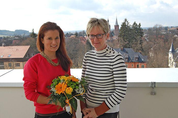 Schulleiterin Barbara Hendricks gratuliert Bundessiegerin Helene Knam