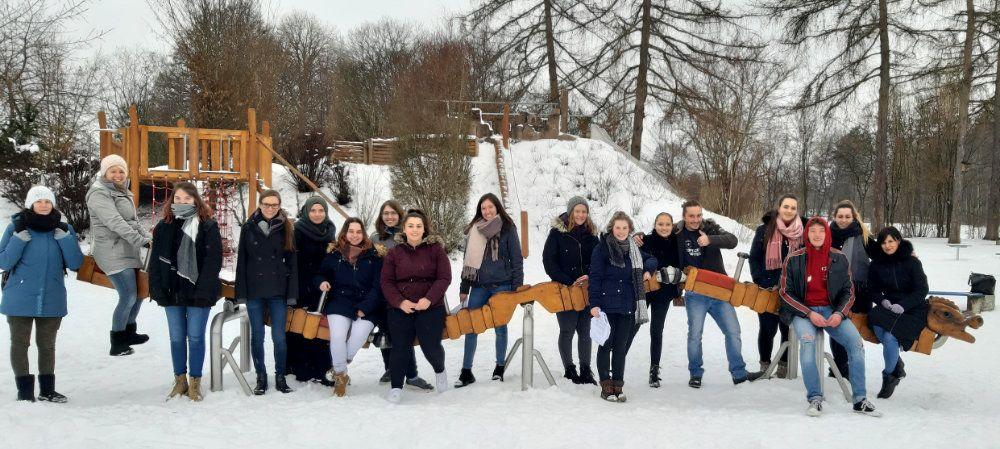 Schülerinnen und Schüler der Fachschule für Sozialpädagogik prüfen Spielplätze in Villingen und Umgebung