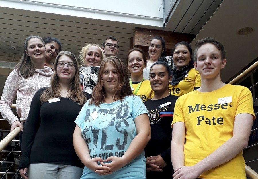 Die Schülerinnen und Schüler der Alltagbetreuungsausbildung und der Altenpflegeausbildung der Albert-Schweitzer-Schule