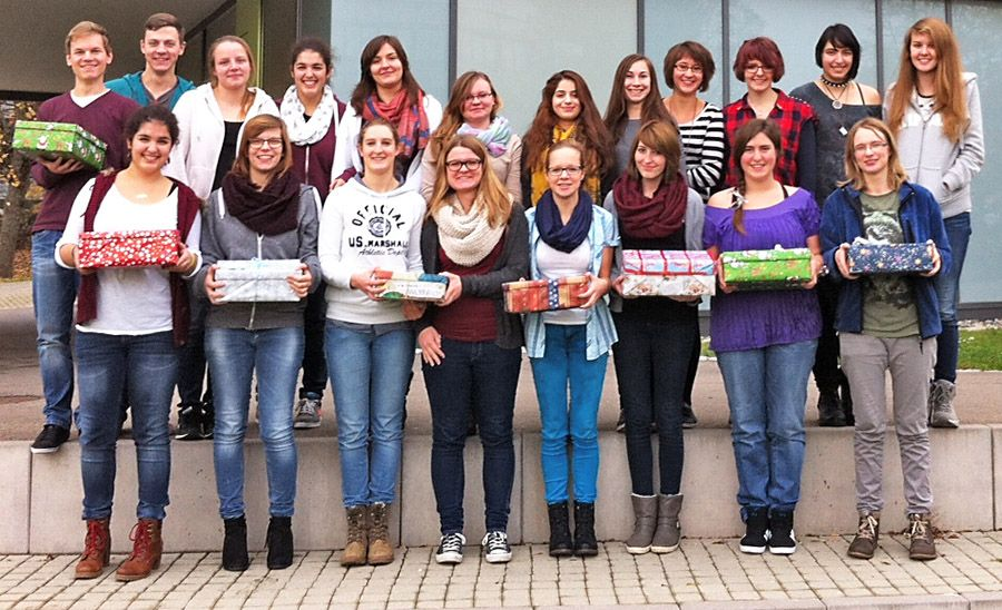 In Kleingruppen packten die Schülerinnen und Schüler ihre persönlichen Schuhkartons, um sie Jungen und Mädchen zwischen zwei und 14 Jahren zu schenken.