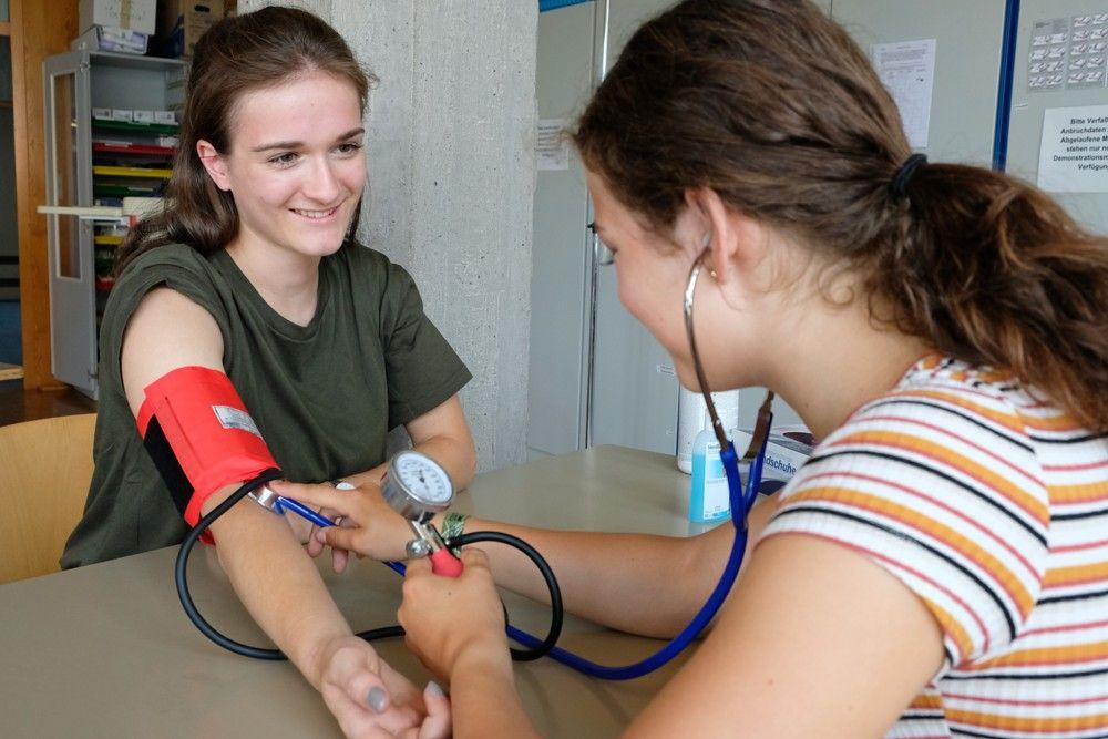 Zweijährige Berufsfachschule für Gesundheit und Pflege (2BFP) - Blutdruckmessung