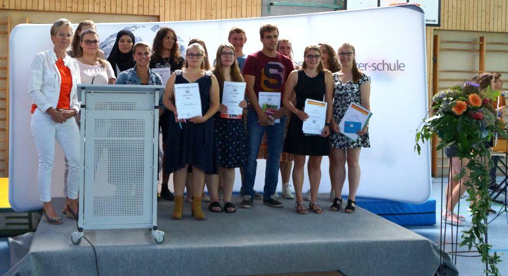 Die Preisträger der Albert-Schweitzer-Schule zusammen mit der Schulleiterin Barbara Hendricks-Kaiser (links)