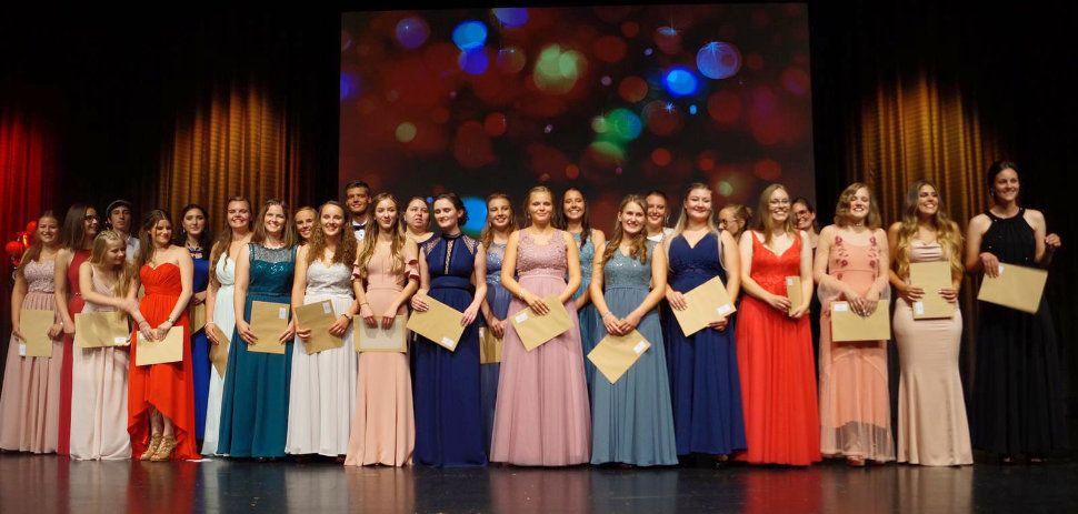 Die Absolventen der SGGS2-Klasse freuen sich bei der Abitursfeier in Donaueschingen über die Zeugnisse